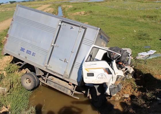 Xe ô tô đâm xuống mương nước khiến 3 người bị thương ảnh 2