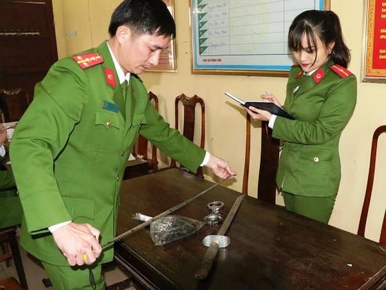 Vụ rút súng đe dọa bắn sau tai nạn giao thông ở Hà Tĩnh: Phạt tài xế 38 triệu đồng ảnh 2