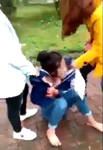 Xác định 2 đối tượng vây đánh một nữ sinh ở Hà Tĩnh ảnh 2