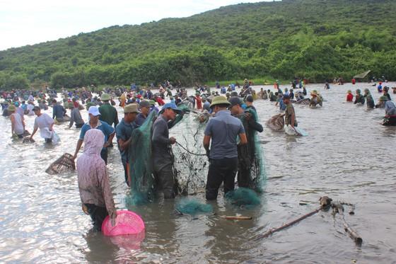 Người dân nô nức tham gia lễ hội đánh cá Đồng Hoa ở Hà Tĩnh ảnh 8
