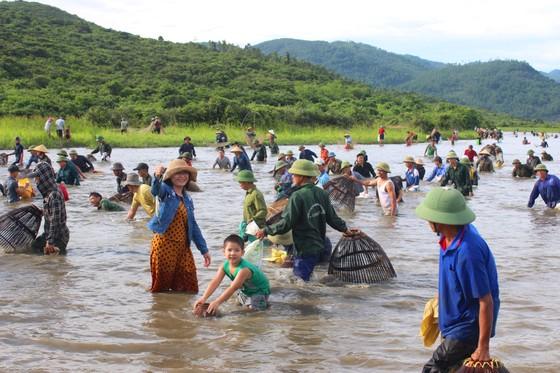 Người dân nô nức tham gia lễ hội đánh cá Đồng Hoa ở Hà Tĩnh ảnh 6