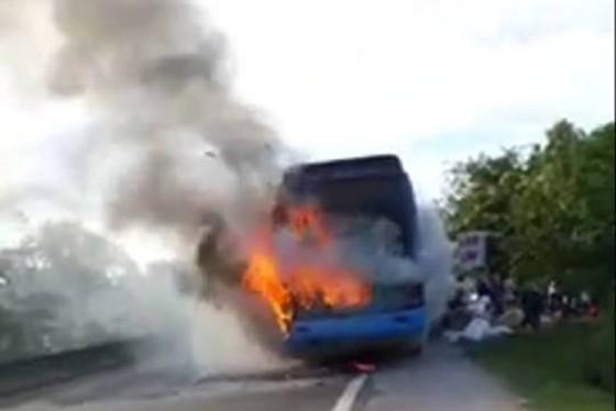 Xe khách giường nằm bốc cháy dữ dội, hàng chục hành khách tháo chạy  ảnh 1