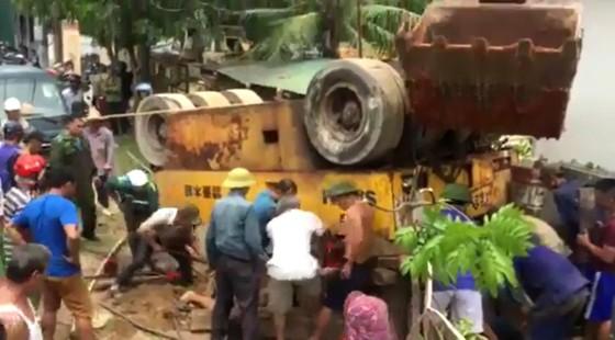 VIDEO: Xe lu bất ngờ lật úp khiến một người tử vong ảnh 2
