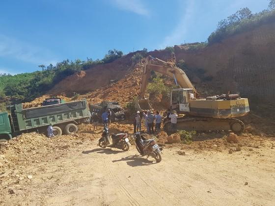 Sập mỏ, 2 xe tải bị vùi lấp cùng tài xế ảnh 2