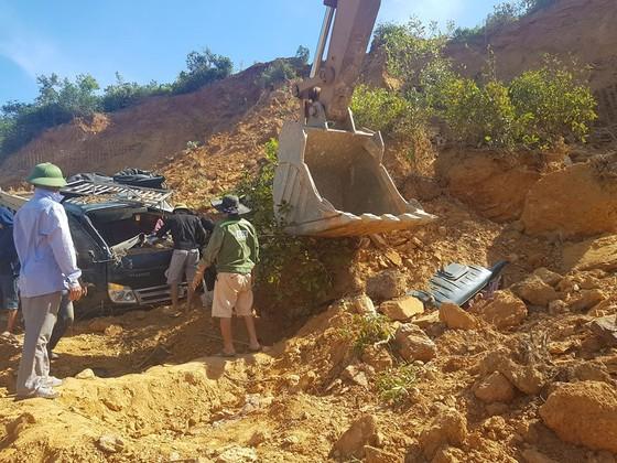 Sập mỏ, 2 xe tải bị vùi lấp cùng tài xế ảnh 1