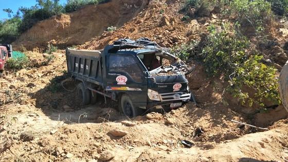Sập mỏ, 2 xe tải bị vùi lấp cùng tài xế ảnh 7