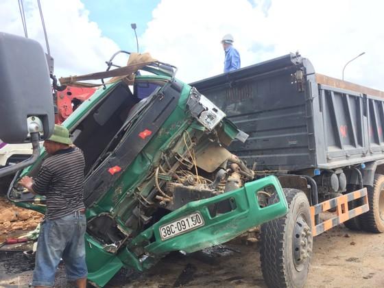Hai xe ô tô tải tông nhau, 2 tài xế may mắn thoát nạn ảnh 1