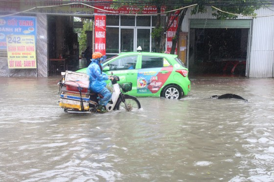 Clip: Mưa trắng trời, nhiều đường phố ở Hà Tĩnh bị ngập chìm trong biển nước ảnh 15
