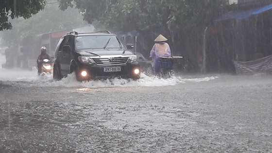 Clip: Mưa trắng trời, nhiều đường phố ở Hà Tĩnh bị ngập chìm trong biển nước ảnh 3