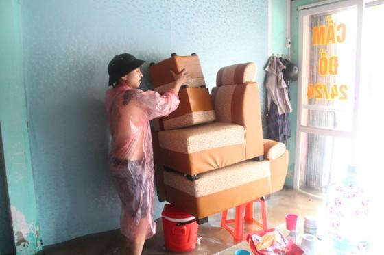Clip: Mưa trắng trời, nhiều đường phố ở Hà Tĩnh bị ngập chìm trong biển nước ảnh 12