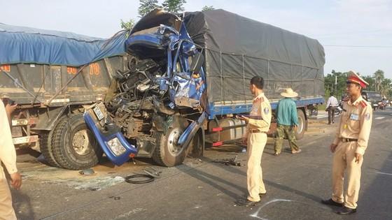 Tai nạn xe tải liên hoàn trên quốc lộ 1A, 2 người bị thương  ảnh 2