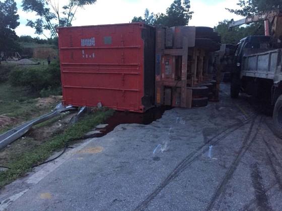 Hai xe tải đâm trực diện, 2 người chết, 1 người bị thương nặng ảnh 1
