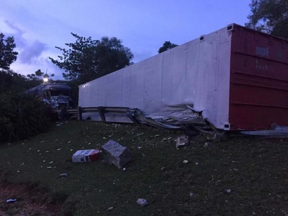 Hai xe tải đâm trực diện, 2 người chết, 1 người bị thương nặng ảnh 2