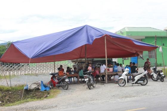 Người dân tiếp tục dựng rạp chắn ngang trước cổng nhà máy xử lý rác thải để phản đối ô nhiễm ảnh 1