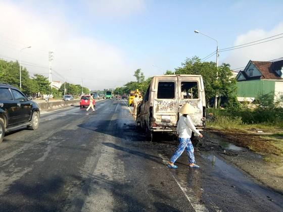 Xe ô tô 16 chỗ bốc cháy dữ dội trên Quốc lộ 1A ảnh 2