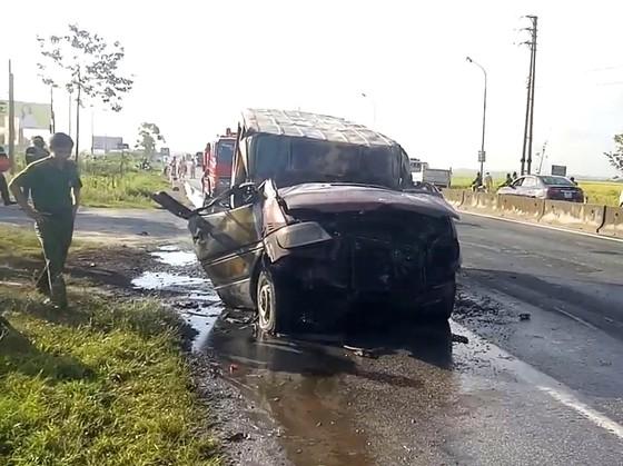 Xe ô tô 16 chỗ bốc cháy dữ dội trên Quốc lộ 1A ảnh 1