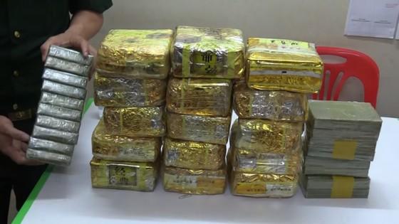 Triệt phá đường dây ma túy xuyên quốc gia, thu giữ 20 bánh heroin và 15kg ma túy đá ảnh 2