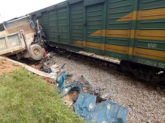 Va chạm giữa tàu hàng và xe ô tô tải, đường sắt bị tê liệt nhiều giờ ảnh 1