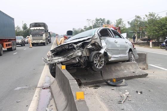 Xe ô tô bị biến dạng phần đầu sau tai nạn trên quốc lộ 1A ảnh 1