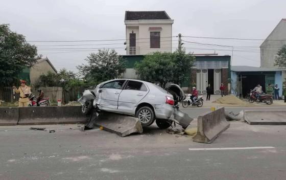Xe ô tô bị biến dạng phần đầu sau tai nạn trên quốc lộ 1A ảnh 2