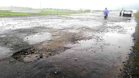 Tan nát tuyến đường ở Khu kinh tế Vũng Áng ảnh 2