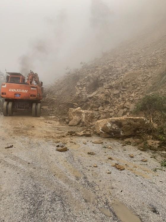 Clip: Quốc lộ 8A lên cửa khẩu quốc tế Cầu Treo bị ách tắc do sạt lở đất đá ảnh 5
