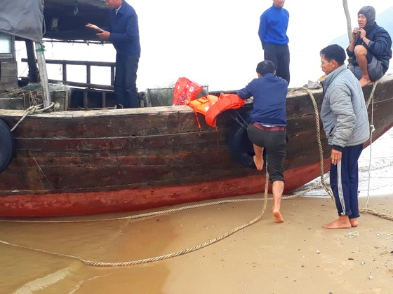Phát hiện tàu cá có chữ nước ngoài trôi dạt vào bờ biển Hà Tĩnh ảnh 1