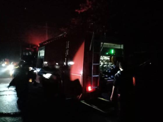 CLIP: Ba nhà dân ở Hà Tĩnh bị cháy rụi trong đêm ảnh 6