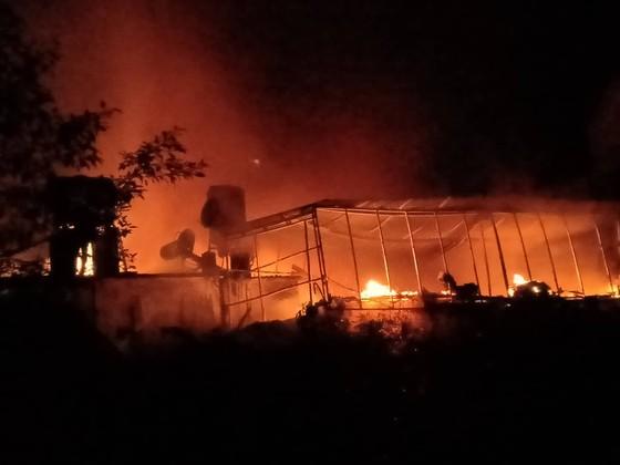 CLIP: Ba nhà dân ở Hà Tĩnh bị cháy rụi trong đêm ảnh 7