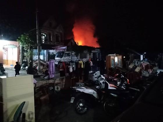 CLIP: Ba nhà dân ở Hà Tĩnh bị cháy rụi trong đêm ảnh 3