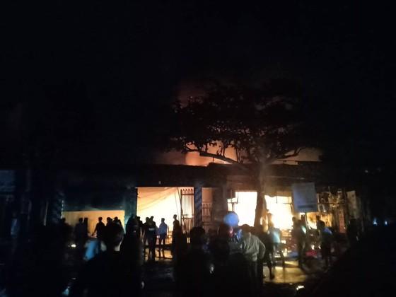 CLIP: Ba nhà dân ở Hà Tĩnh bị cháy rụi trong đêm ảnh 4