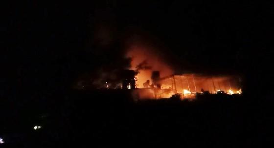 CLIP: Ba nhà dân ở Hà Tĩnh bị cháy rụi trong đêm ảnh 1