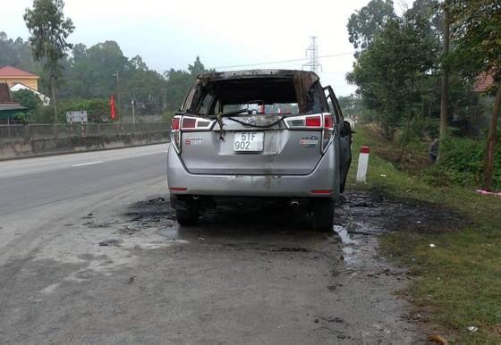 Cháy xe ô tô trên quốc lộ 1 ở Hà Tĩnh ảnh 1