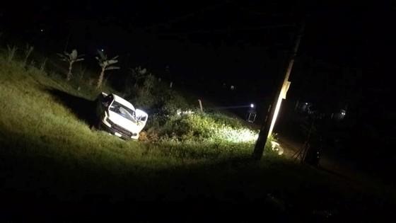 Vụ ôm súng cố thủ trong ô tô, thêm một đối tượng ra đầu thú sau khi lẩn trốn lên rừng ảnh 5