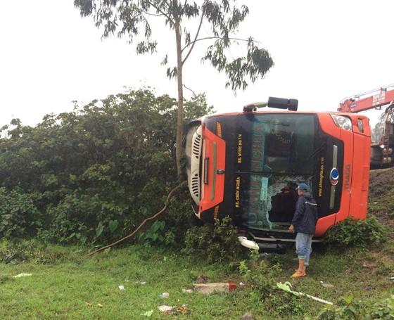Xe khách né xe tai nạn, bị lật nghiêng, nhiều hành khách may mắn thoát nạn ảnh 2