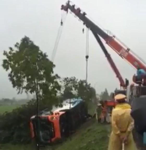 Xe khách né xe tai nạn, bị lật nghiêng, nhiều hành khách may mắn thoát nạn ảnh 4