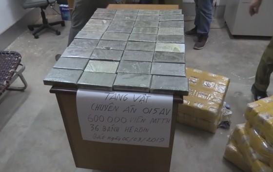 CLIP: Chặt đứt đường dây vận chuyển 600.000 viên ma túy và 36 bánh heroin từ Lào về Việt Nam ảnh 3