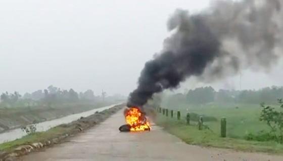 Đang lưu thông trên đường, xe đạp điện bất ngờ bốc cháy dữ dội  ảnh 1
