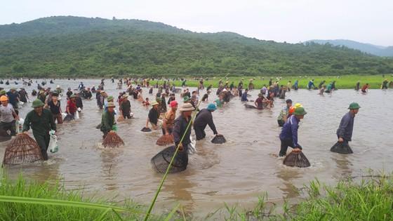 """Hàng ngàn người dân nô nức tham gia lễ hội đánh cá """"độc nhất"""" ở Hà Tĩnh ảnh 14"""