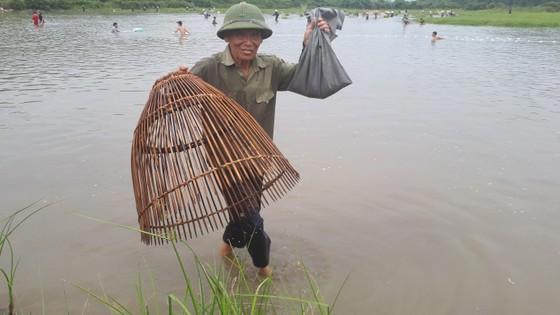 """Hàng ngàn người dân nô nức tham gia lễ hội đánh cá """"độc nhất"""" ở Hà Tĩnh ảnh 15"""