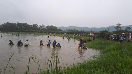 """Hàng ngàn người dân nô nức tham gia lễ hội đánh cá """"độc nhất"""" ở Hà Tĩnh ảnh 7"""