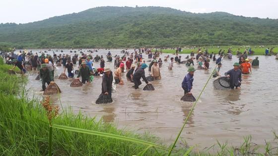 """Hàng ngàn người dân nô nức tham gia lễ hội đánh cá """"độc nhất"""" ở Hà Tĩnh ảnh 12"""