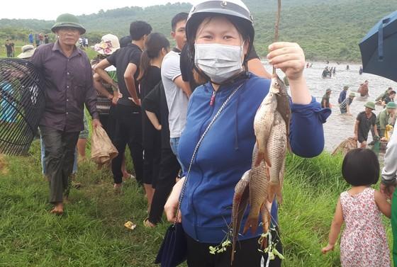 """Hàng ngàn người dân nô nức tham gia lễ hội đánh cá """"độc nhất"""" ở Hà Tĩnh ảnh 8"""