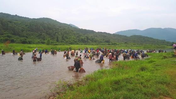 """Hàng ngàn người dân nô nức tham gia lễ hội đánh cá """"độc nhất"""" ở Hà Tĩnh ảnh 6"""