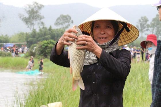 """Hàng ngàn người dân nô nức tham gia lễ hội đánh cá """"độc nhất"""" ở Hà Tĩnh ảnh 10"""