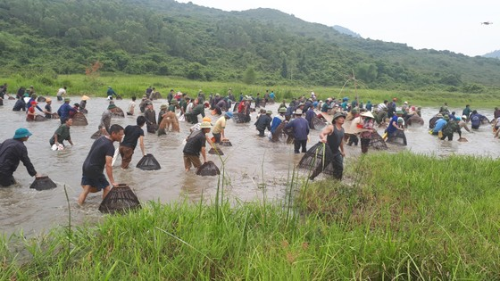 """Hàng ngàn người dân nô nức tham gia lễ hội đánh cá """"độc nhất"""" ở Hà Tĩnh ảnh 17"""