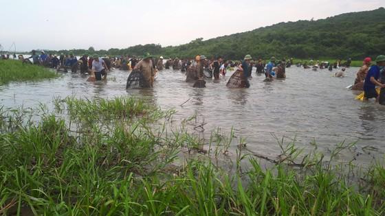 """Hàng ngàn người dân nô nức tham gia lễ hội đánh cá """"độc nhất"""" ở Hà Tĩnh ảnh 1"""