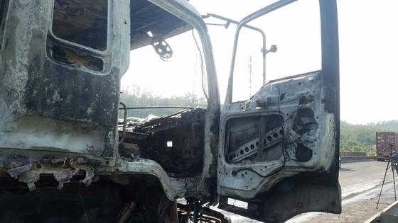 Cabin xe ô tô chở hàng tấn hoa quả bốc cháy ngùn ngụt ở Hà Tĩnh ảnh 4