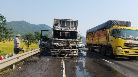 Cabin xe ô tô chở hàng tấn hoa quả bốc cháy ngùn ngụt ở Hà Tĩnh ảnh 6