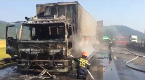 Cabin xe ô tô chở hàng tấn hoa quả bốc cháy ngùn ngụt ở Hà Tĩnh ảnh 3